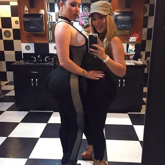 duas amigas em foto frente ao espelho