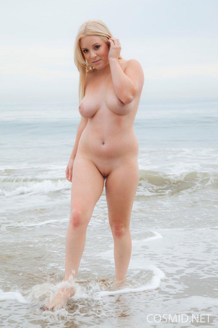 novinha loira gostosa pelada na praia 031