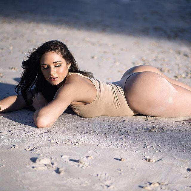 Ashley Ortiz novinha rabuda de biquíni 009