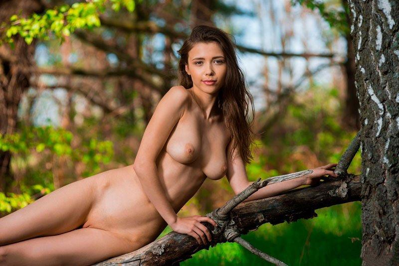 Novinha magrinha pelada na floresta mostrando a xoxotinha