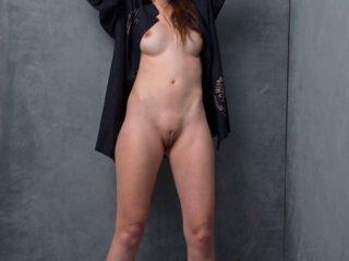 Morena da Buceta carnuda muito gostosa em 20 fotos nuas