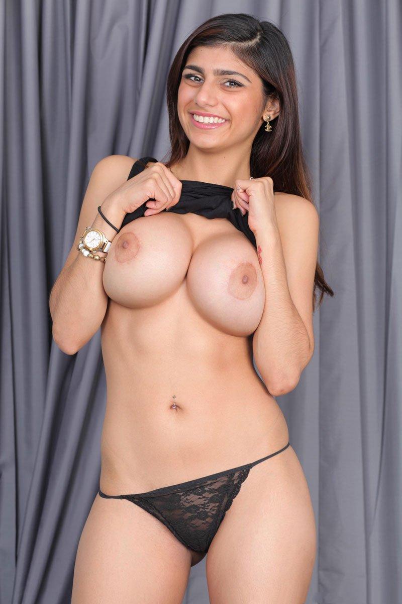 Mia Khalifa tirando a blusa e mostrando os peitos