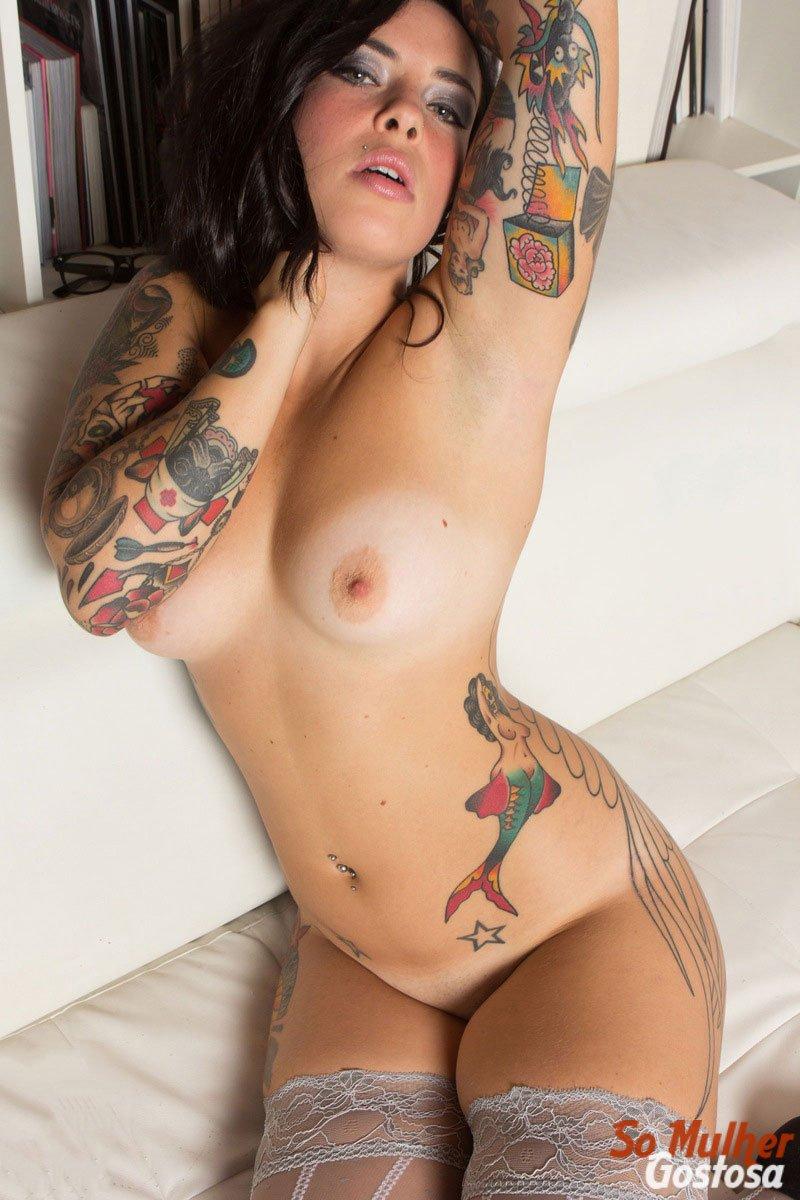 Morena tatuada gostosa demais pelada na sala 04