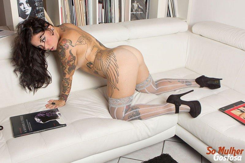 Morena tatuada gostosa demais pelada na sala 05