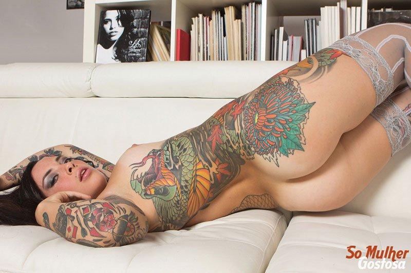 Morena tatuada gostosa demais pelada na sala 07