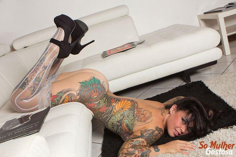 Morena tatuada gostosa demais pelada na sala 09