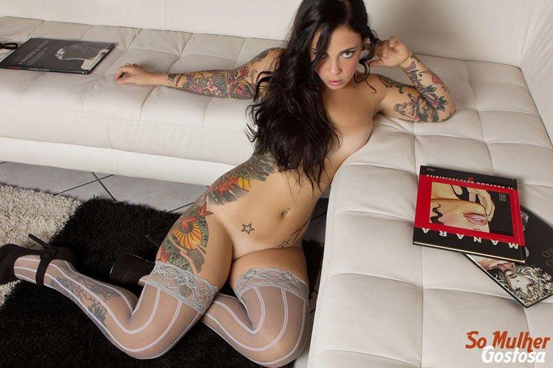 Morena tatuada gostosa demais pelada na sala 11