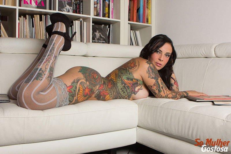 Morena tatuada gostosa demais pelada na sala 12