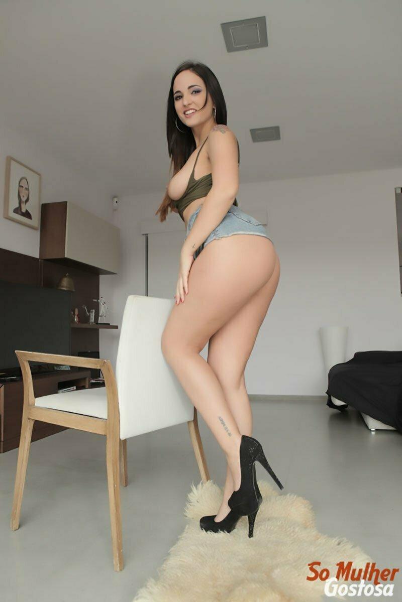 Mulheres gostosas usando shortinho curto mostrando o rabo 009