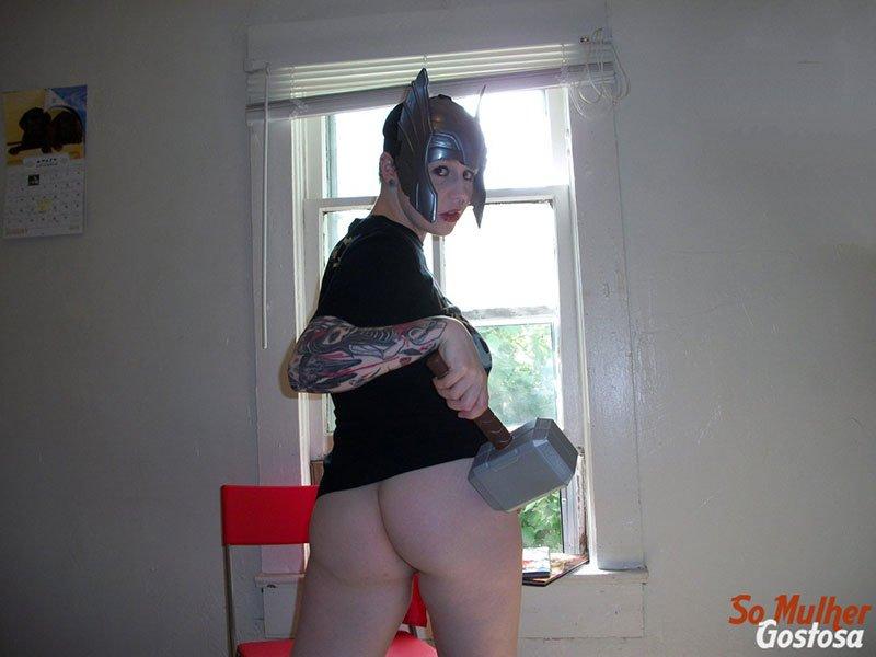 Nerd gostosa nua pelada fantasiada de Thor Girl safadinha 03