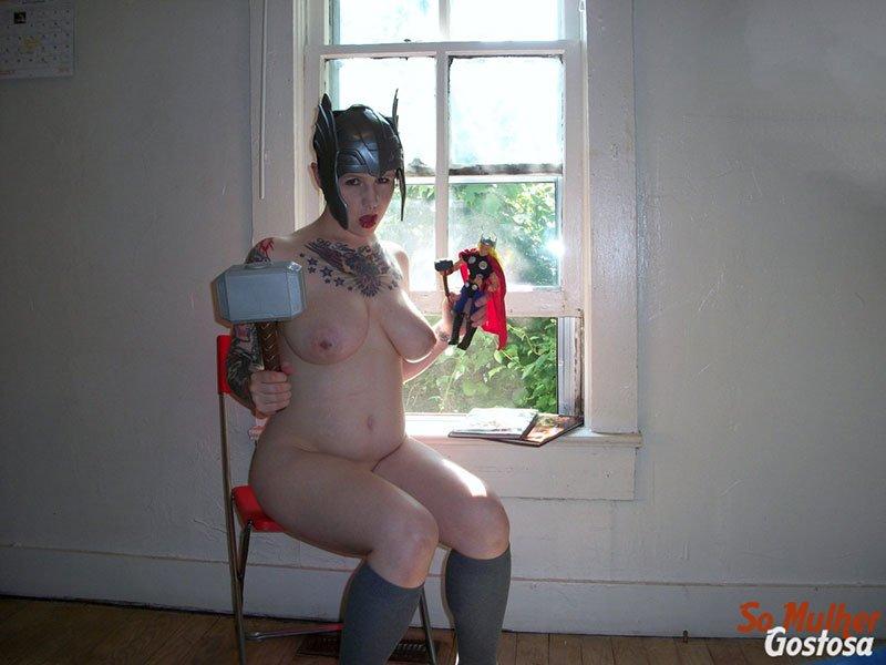 Nerd gostosa nua pelada fantasiada de Thor Girl safadinha 20