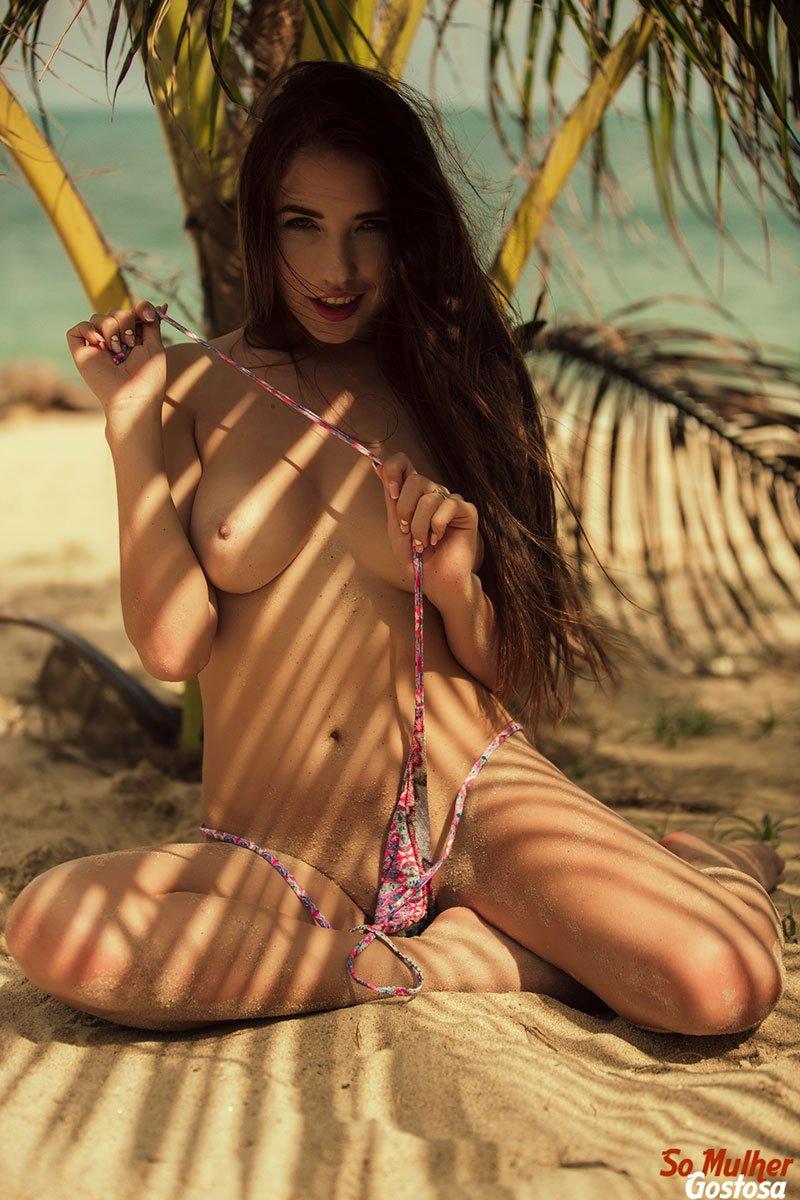 Niemira novinha muito gostosa nua pelada na praia 11