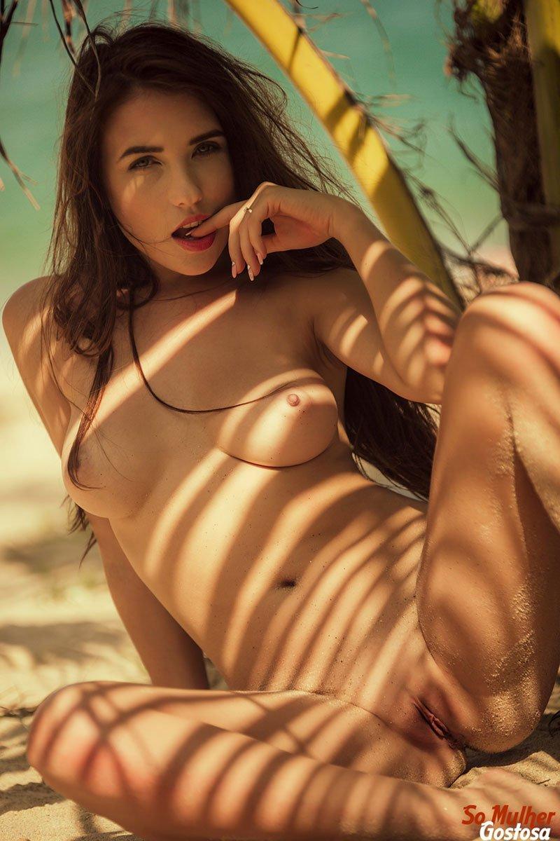 Niemira novinha muito gostosa nua pelada na praia 16