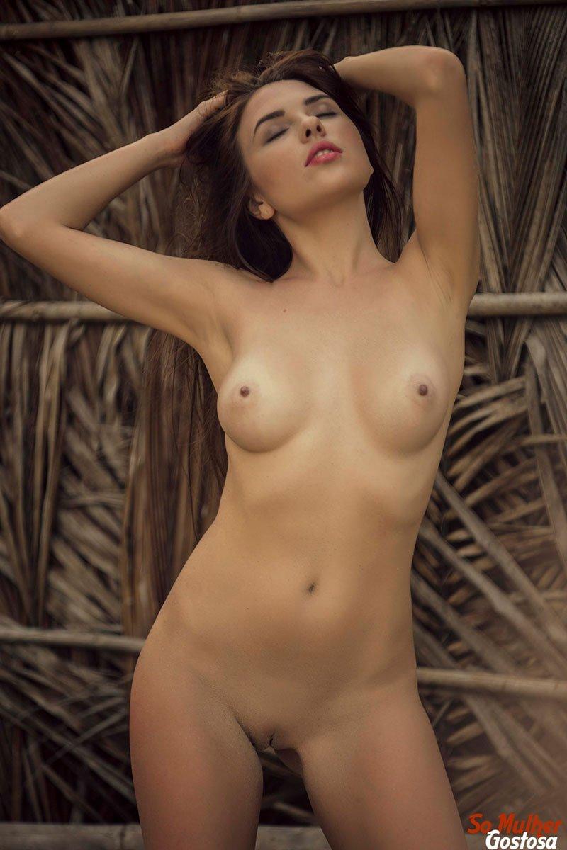 Niemira novinha muito gostosa nua pelada na praia 25