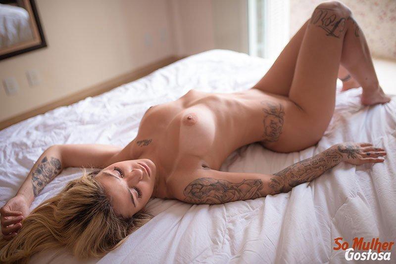 Novinha loira tatuada dos seios lindos muito gostosa pelada 01