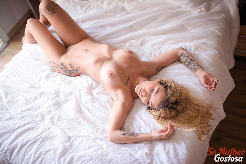 Novinha loira tatuada dos seios lindos muito gostosa pelada 05