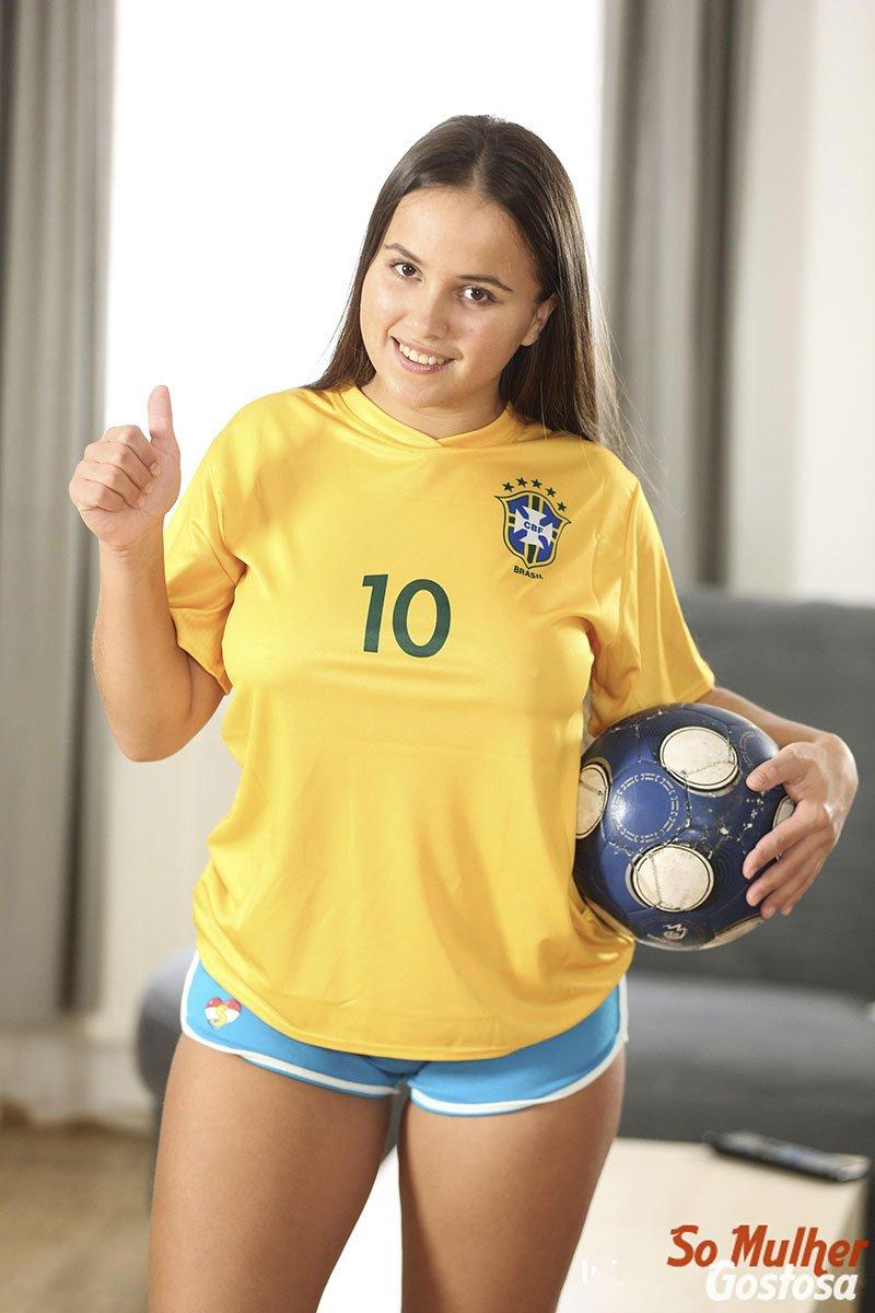 Olivia Nice nua pelada usando camisa do Brasil 01