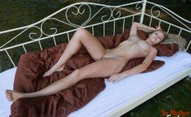 Carisha Russa gostosa nua pelada mostrando a buceta linda