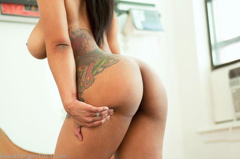 Morena gostosa nua pelada mostrando seu lindo corpo tatuado