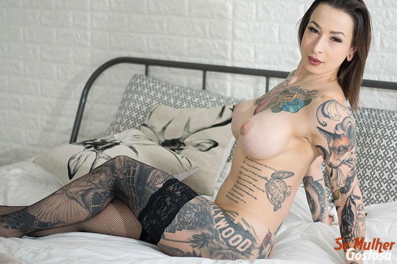 Mulher gostosa nua pelada do corpo tatuado linda demais