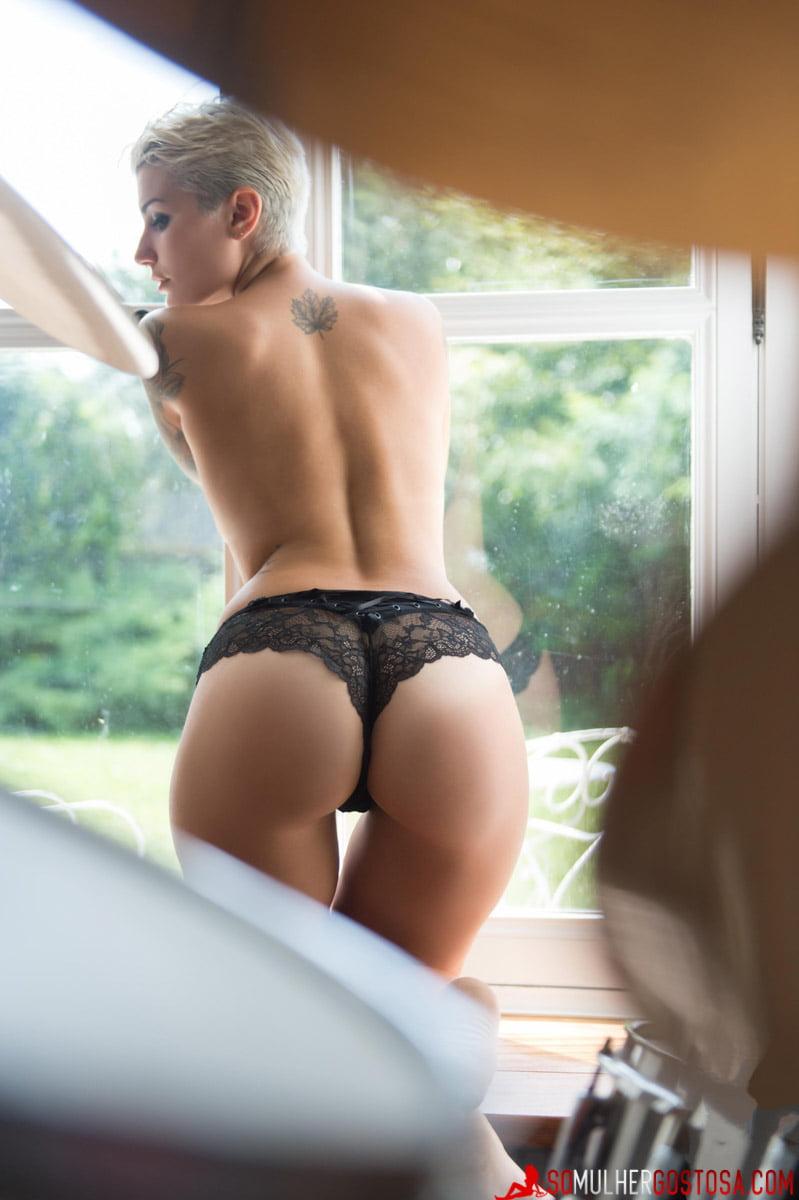 Loira roqueira muito gostosa nua pelada em ensaio temático 06