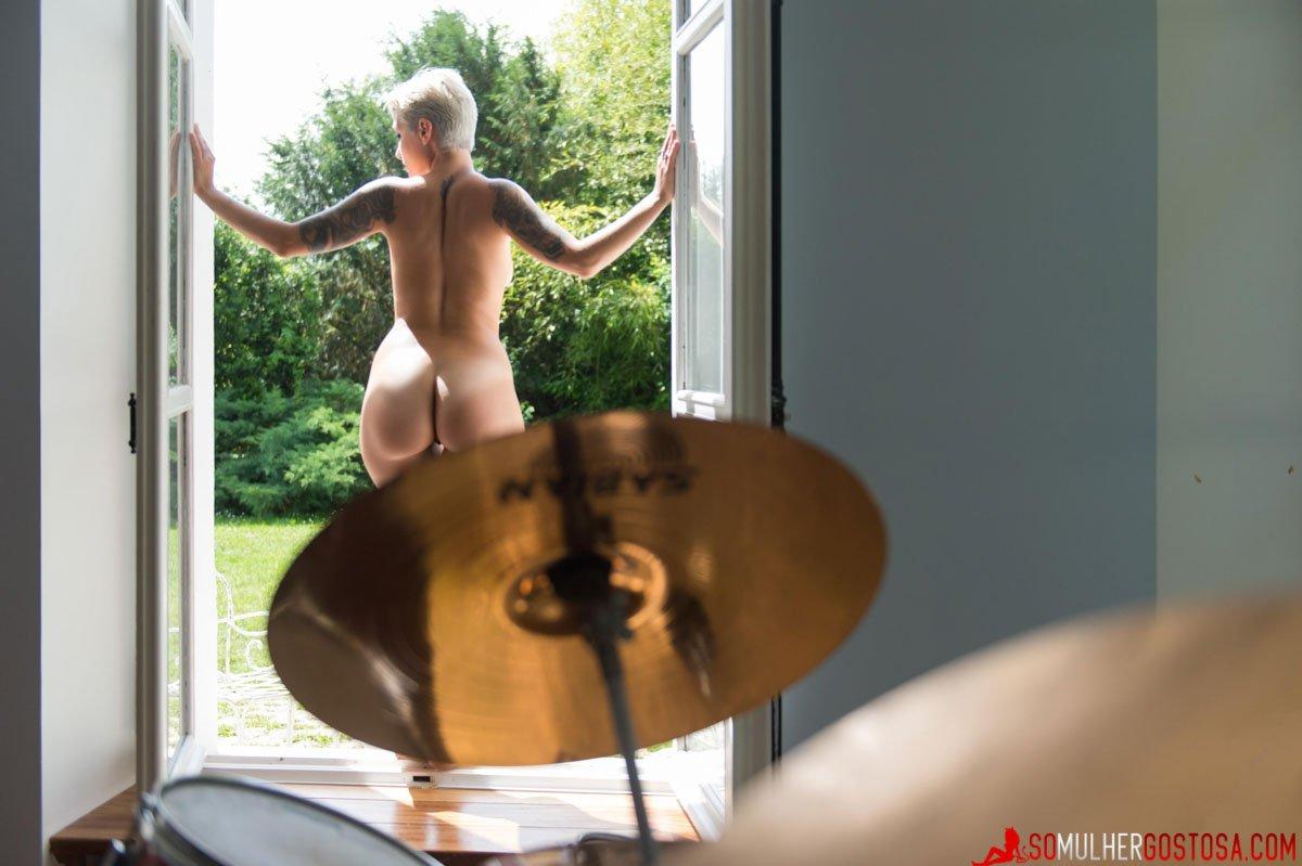Loira roqueira muito gostosa nua pelada em ensaio temático 23