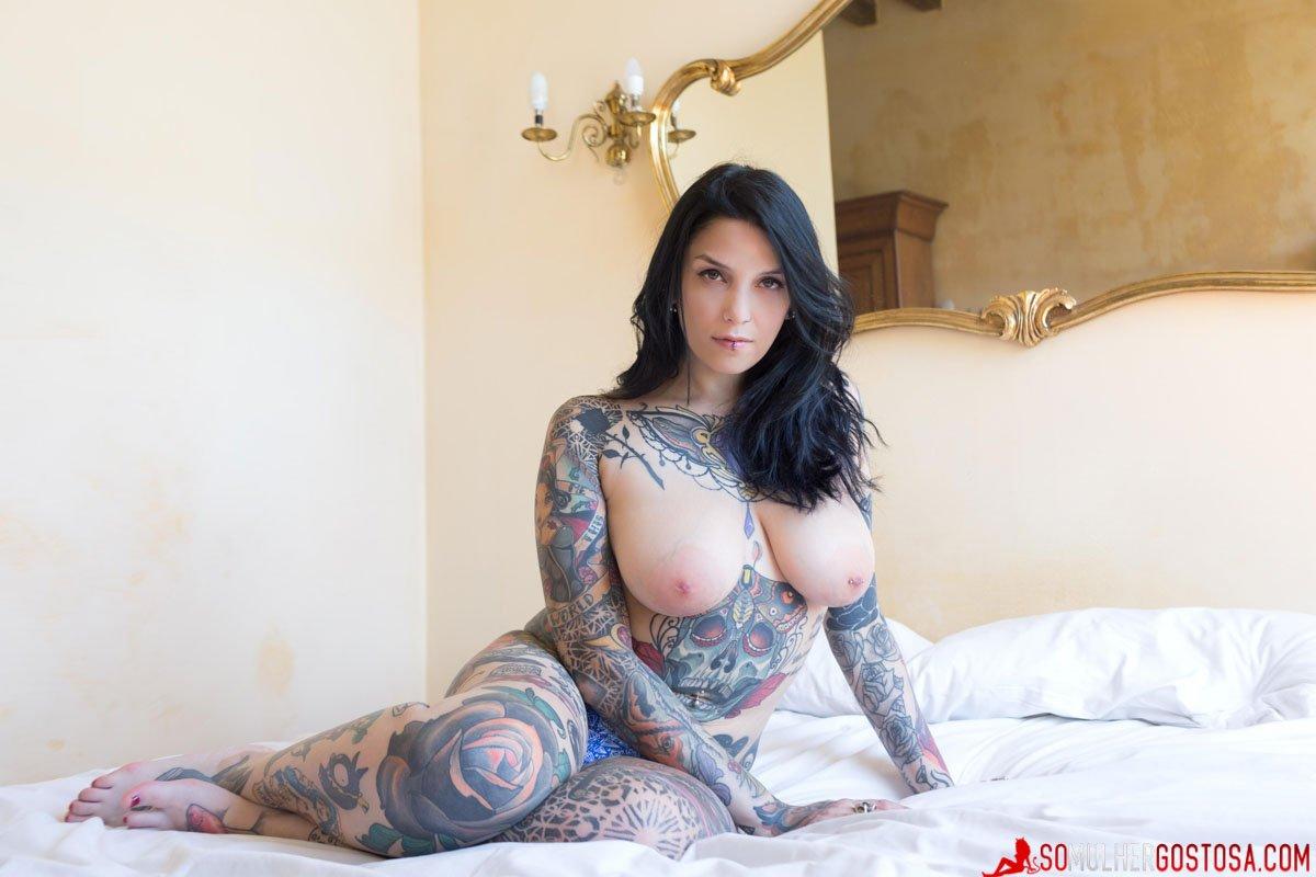 Morena muito gostosa pelada mostrando sua buceta carnuda 06