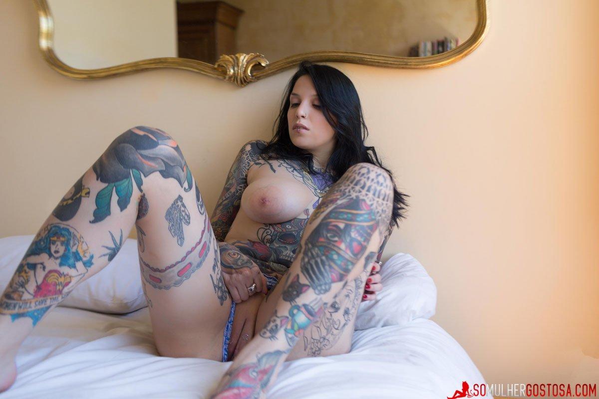 Morena muito gostosa pelada mostrando sua buceta carnuda 08