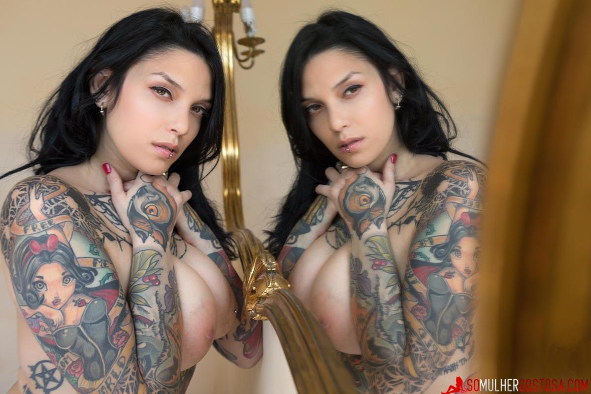 Morena muito gostosa pelada mostrando sua buceta carnuda 16