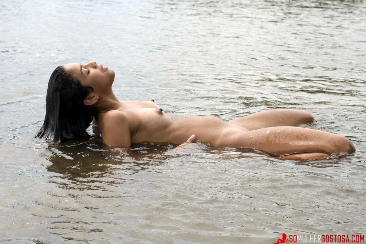 Ninfetinha Morena muito gostosa pelada no Rio toda a vontade