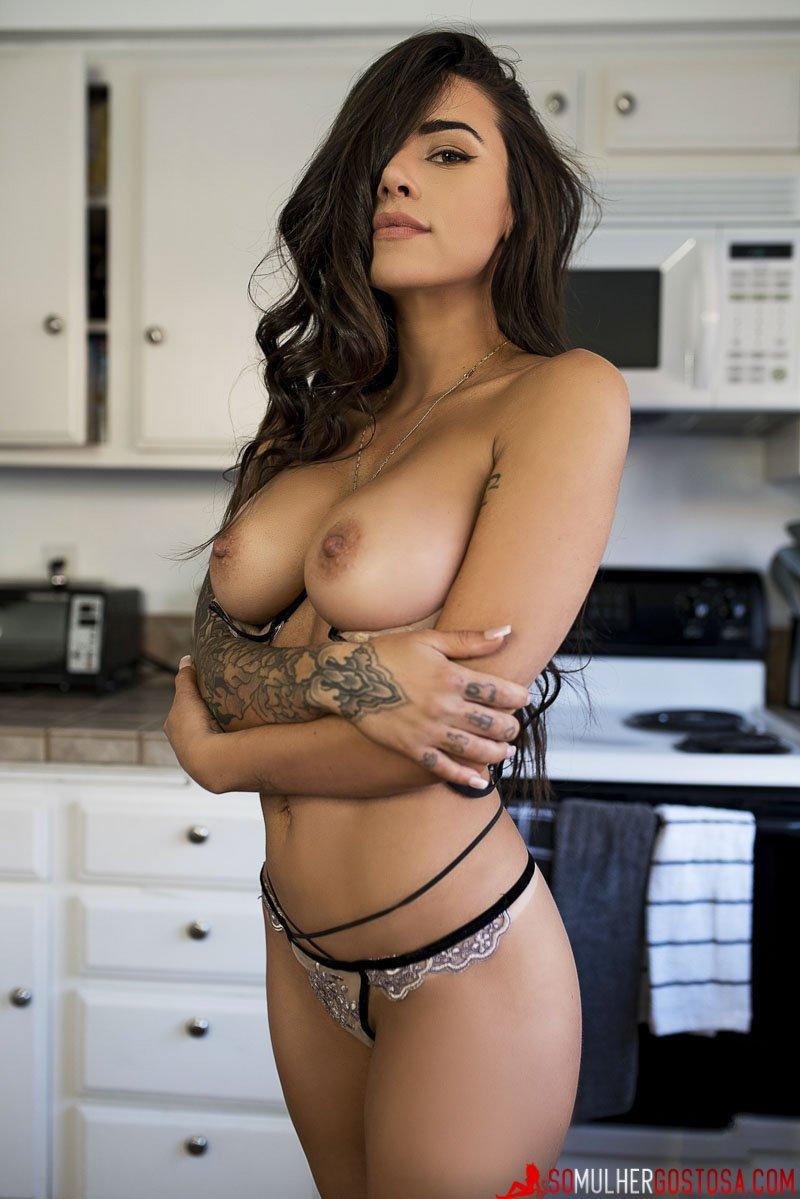 morena peituda muito gostosa pelada na cozinha tomando café 05