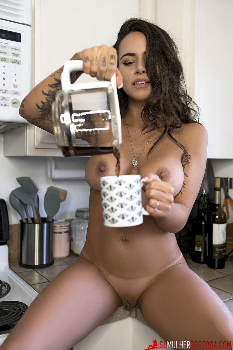 morena peituda muito gostosa pelada na cozinha tomando café 11