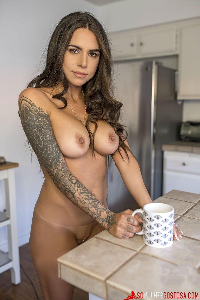 morena peituda muito gostosa pelada na cozinha tomando café 16