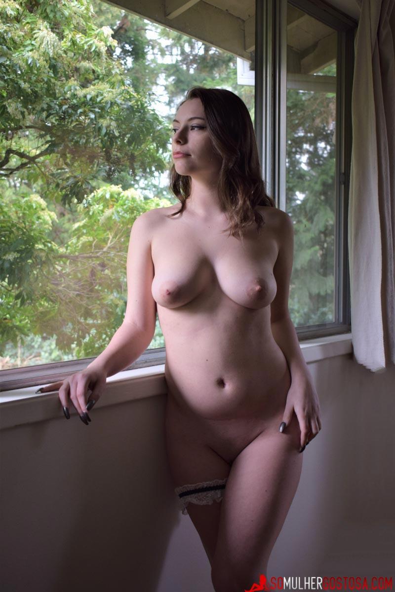 Empregada domestica gostosa super sexy limpando casa pelada