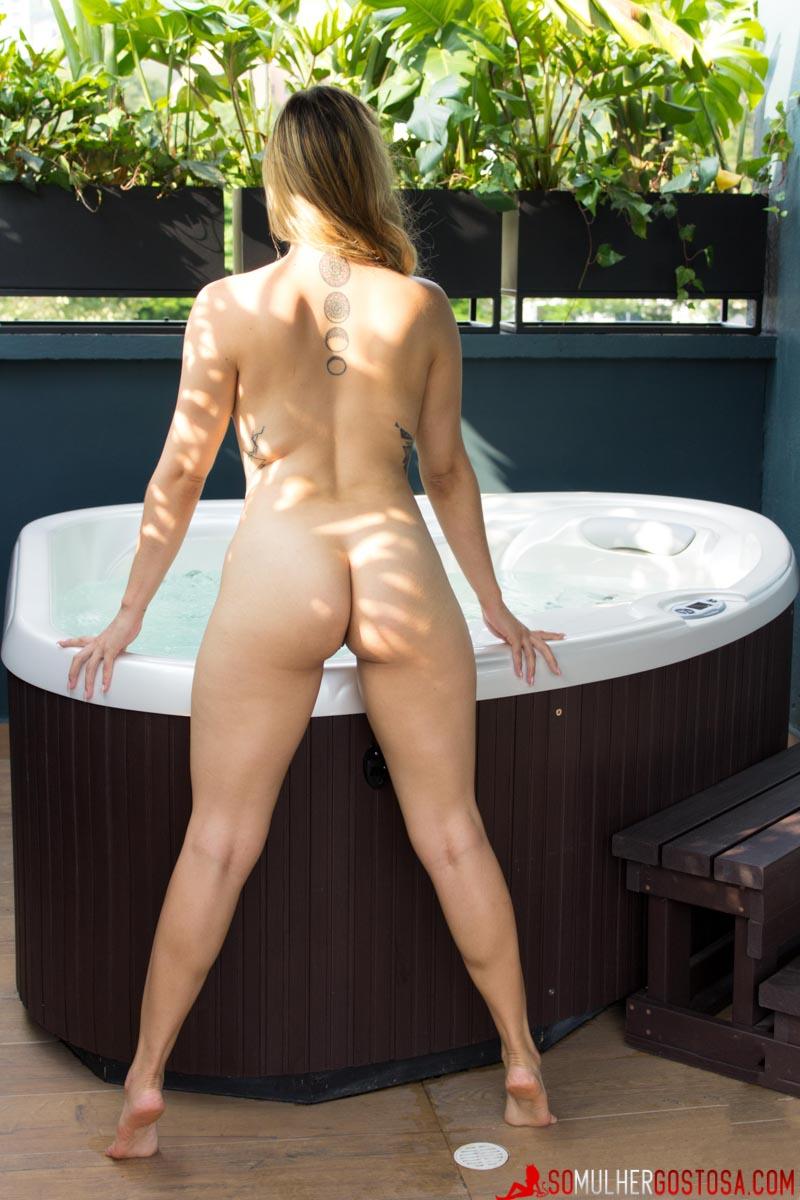 Gostosa nua pelada na Hidro mostrando seu corpo lindo