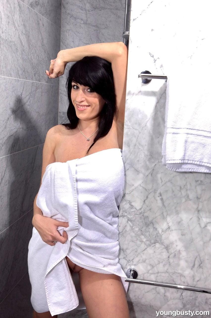 Coroa gostosa nua no banho chupando os peitão