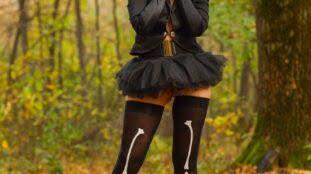 Cosplay gostosa vertida de bruxa pelada na floresta