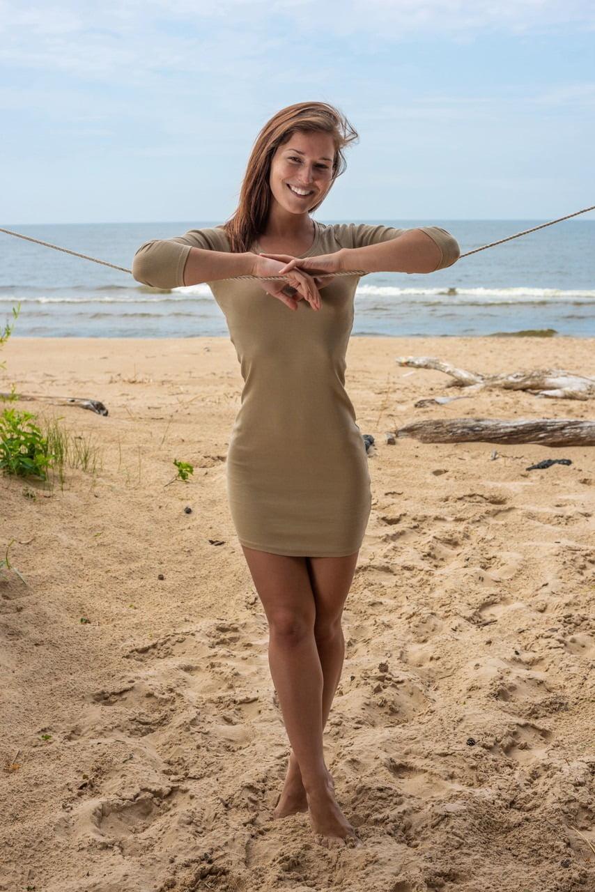 Novinha gostosa na praia ficando nua mostrando a buceta